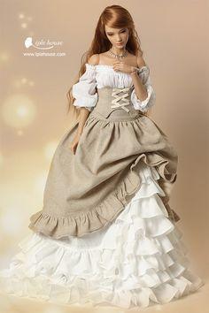 Красивая кукла в роскошном платье