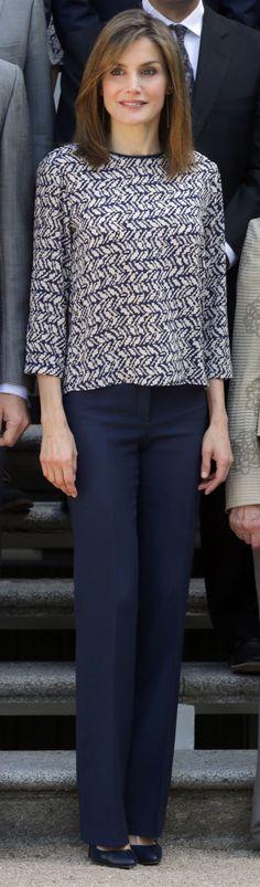 Segunda y última aparición semanal de la reina Letizia, y volvemos a los salones y a las famosas escaleras del Palacio de La Zarzuela. Ha sido junto al Rey Felipe para recibir en audiencia al patronato de la Fundación Comité Español de los Colegios del Mundo Unido. 24.06.2016