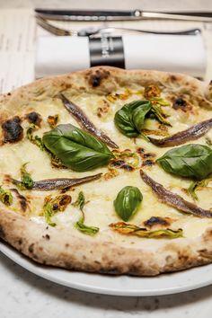 Pizza Fiori di zucca. Sempre aperti fino all'1.00 di notte. Splendor Parthenopes in via Vittoria Colonna 32 00193-Piazza Cavour (zona Prati)  www.splendorparthenopes.com