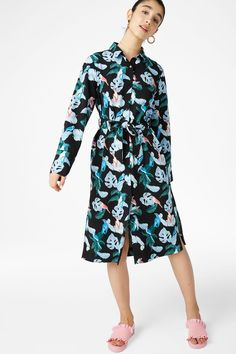 An oversized 'n' flowy button up shirt dress. Tie a bow and you're good to go 3 In a size small the chest width is 103 cm and the length is 112 cm. The mod