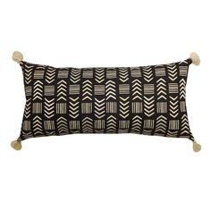 Feel the vibrancy of the arrow pattern in the Tassel Lumbar Pillow in Black/White from Threshold. This rectangular accent pillow has tassels in the corner for a glamorous touch.