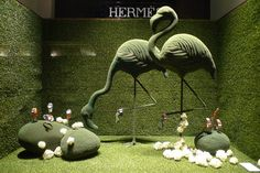 Décors monochromes 100% gazon et avant-goût de printemps fleuri chez Hermès.