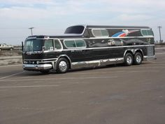 That is pure live style if you can drive an sleep in a bus! Bus Camper, Rv Bus, Bus Motorhome, Airstream, Vintage Rv, Vintage Trailers, Cool Trucks, Big Trucks, Classic Trucks