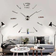 Intérieur design avec une horloge géante murale