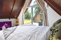 Siam Sunrise Villa - 4 Bed - Gorgeous Beachfront Estate. Holiday Villa for Daily Rental in Koh Chang, 0.1 km to the beach. 4 Bedrooms + 4 Bathrooms and sleeps up to 8 person. Communaul swimming pool + free WiFi + BBQ. Fully Fernished + Modern Kitchen + Sea Views. Price  start  from  371 USD/night. http://www.thailandholidayhomes.com/koh-chang/villa-siam-sunrise-klong-son-4br.html