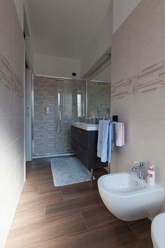 Casa privata a Milano: Bagno in stile di Laura Galli Architetto Room Interior, Interior Design, Guest Toilet, Downstairs Bathroom, Love Home, Interior Architecture, Modern Furniture, New Homes, Sweet Home