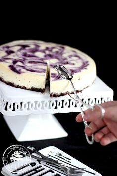 mustikkajuustokakun koristelu Cheesecakes, Tiramisu, Tasty, Bread, Baking, Ethnic Recipes, Desserts, Blueberry, Food