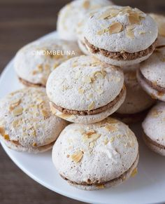 Macarons, Fun Desserts, Delicious Desserts, Yummy Food, Dutch Recipes, Sweet Recipes, Healthy Sweet Snacks, Types Of Cakes, Piece Of Cakes