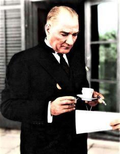 Mustafa Kemâl Atatürk's having Turkish coffee. Smart Casual Wear, Recording Studio Design, The Legend Of Heroes, Great Leaders, Historical Pictures, Iron Age, Galaxy Wallpaper, Background S, Suit Jacket