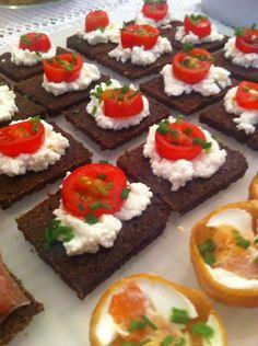 Pão preto com requeijão, tomate fresco