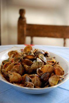 Almejas en salsa Tapas, Seafood Recipes, Mexican Food Recipes, Exotic Food, Spanish Food, Mussels, Mediterranean Recipes, Flan, Food Styling
