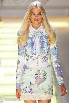 View all the catwalk photos of the Versace spring / summer 2012 showing at Milan fashion week. Read the article to see the full gallery. Milan Fashion, Runway Fashion, Fashion Art, Boho Fashion, Fashion Beauty, Womens Fashion, Donatella Versace, Gianni Versace, Gorgeous Fabrics
