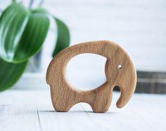 Sonaja de madera orgánica. Haya elefante juguete de dentición.  Sonaja de tallado a mano. Juguete del bebé natural. Juguete infantil del medio ambiente. Regalo recién nacido.