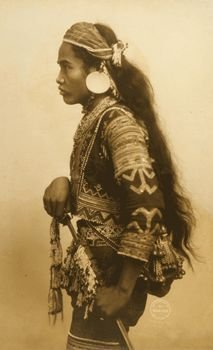 """pag-asaharibon: """" Datto Bulan, Chief of the Bagobos """" The last group to move onto the Philippine Reservation, the Bagobo people were admired for their friendly demeanor, handsome appearance, and elaborately ornamented costumes. The thirty-person. Cultura Filipina, Traditional Filipino Tattoo, Filipino Culture, Philippines Culture, Filipino Tribal, Filipino Tattoos, Filipiniana, Mindanao, Pinoy"""