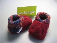 Schritt für Schritt DIY Anleitung: Babyschuhe stricken aus Filzwolle – Tolles Geschenk für Babys. Nicht nur wegen der geringen Größe, sondern auch weil sie wahnsinnig süß sind, macht das Babyschuhe…