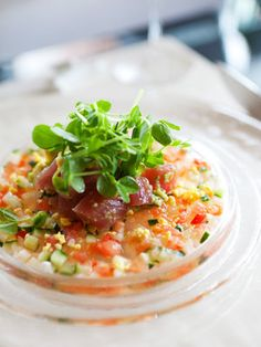 野菜がたっぷり食べられるラビゴットソースが、まぐろと好相性。 『ELLE a table』はおしゃれで簡単なレシピが満載!