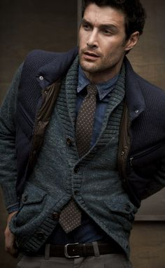 Dark layers work so well here. Even the inside of the vest tie in with the TIE! Haha. Hmmm vest over sweaters this winter..