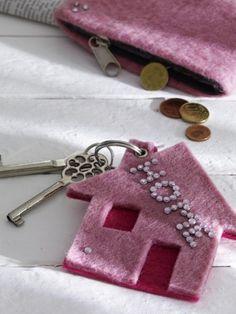 Ganz schön anhänglich die Schlüssel. Kein Wunder bei dem süßen Haus aus Filz, das als Schlüsselanhänger dient.