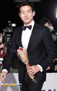Nice to see Lee Sang Yoon walking down the red carpet...right after On The Way to the Airport! LOL.