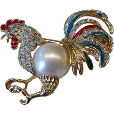 A fabulous rooster brooch of textured gold tone with a big faux Mabe pearl jelly belly, detailed enamel work and clear crystal rhinestones. The lustrous pearl is surrounded by brilliant crystal Insect Jewelry, Bird Jewelry, Animal Jewelry, Jewelry Gifts, Jewelry Accessories, Jewellery, Vintage Pearls, Vintage Brooches, Antique Jewelry