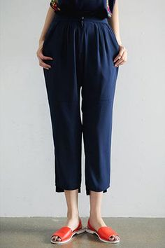 Today's Hot Pick :Frill Shirred High-Waist Loose Fit Pants http://fashionstylep.com/SFSELFAA0034443/stylenandaen/out Stay cool and fresh despite the warm and humid summer weather in these frill shirred high-waist loose fit pants. It comes in a comfortable high-rise style, shirred frills at gathered waist, hook and zip fly closure, slant pockets in reverse, hems cropped above the ankles, and tapered leg style. Style with a blouse or casual shirt for varied looks of your choice.