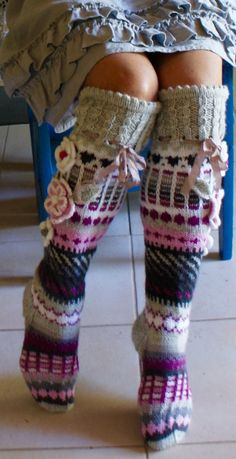 Ankortit she makes the most beautiful socks Wool Socks, Knitting Socks, Hand Knitting, Knitting Designs, Knitting Patterns, Crochet Patterns, Crochet Slippers, Knit Crochet, Crochet Fashion