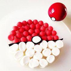 Gâteau Pokémon facile Des fraises Tagada, des chamallows, et un rouleau de réglisse, il n'en faut pas plus pour recréer une pokéball digne de ce nom.