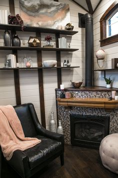 This is a beautiful Tudor-style tiny house on wheels by Tiny Heirloom. It was featured on a recent episode of their television series, Tiny Luxury which is on the HGTV/DIY Network. Best Tiny House, Tiny House Cabin, Tiny House Living, Tiny House Plans, Tiny House On Wheels, Cozy House, Rv Living, Small Room Design, Tiny House Design