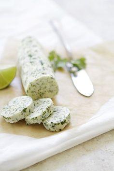 Suavizar la manteca a temperatura ambiente. Combine el ajo, la sal y la pimienta, el cilantro, el jugo de lima y la ralladura. Mezclar bien. Enroll...