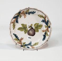 Piatto polilobato in maiolica policroma a gran fuoco 'alla frutta' (d cm 28,5).  Pavia, seconda metà del sec. XVIII