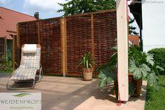 Sichtschutzelemente aus Naturgeflechten erfreuen sich in größter Beliebtheit. Weidenzaunelemente sind die ökologische Alternative zu den handelsüblichen Zäunen aus Metall, Holz oder Kunststoff. Sie eignen sich hervorragend als natürlicher Wind- und Sichtschutz für Terrasse oder Balkon und als dekorativer Gartenzaun für die Grunstücksgrenze.