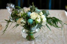 Aranjament pentru masă cu trandafiri, frezii, waxflower, gheme și fluturi – Flowers of Soul Table Decorations, Home Decor, Decoration Home, Room Decor, Dinner Table Decorations, Interior Decorating