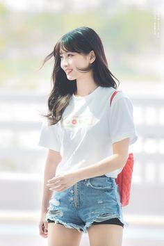 Twice-Momo 180726 Incheon Airport to Malaysia; she's so so pretty Kpop Girl Groups, Korean Girl Groups, Kpop Girls, Nayeon, Kpop Fashion, Korean Fashion, Airport Fashion, K Pop, Sana Momo