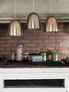 Sisustus - keittiö - metallisen sävyisiä valaisimia