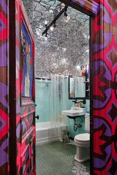 The hallway in the event producer Susanne Bartsch's apartment was painted electric pink, gold and purple by the artist Joey Horatio. The bathroom, pictured here, features her own mirror mosaic which wraps around the walls and ceiling. Decor Interior Design, Interior Decorating, Chelsea Hotel, Bohemian House, Mirror Mosaic, Luxury Homes Interior, Eccentric, House Styles, Bath