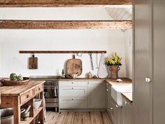 Home Interior Scandinavian Nordiska-kok-ellen-dixdotter-shaker-kitchen-room. Swedish Farmhouse, Modern Farmhouse Kitchens, Cool Kitchens, Swedish Kitchen, Second Hand Kitchens, Kitchen Dining, Kitchen Decor, Kitchen Island, Kitchen Ideas