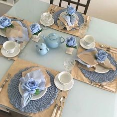 Beige and blue Blue Table Settings, Beautiful Table Settings, Tea Party Table, Dinner Table, Crochet Decoration, Decoration Table, Table Set Up, Napkin Folding, Deco Table