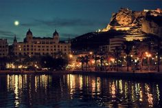 Alicante de noche, España.