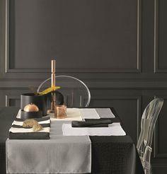Craquez pour la nappe Lounge en 100% polyester, en jacquard. Ultra-tendance, vous aimerez les motifs croco qui apporteront du relief et du style à la décoration de votre table. Cette nappe existe en blanc, noir, écru et perle avec les sets de table et les chemins de table assortis. Si vous avez envie d'une ambiance lounge avec des motifs originaux, c'est la nappe qu'il vous faut ! #nappe #chic #croco Lounge, Outdoor Tables, Outdoor Decor, Decoration, A Table, Outdoor Furniture, Relief, Polyester, Motifs