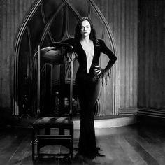 25 años después de ser Merlina en Los Locos Addams, Christina Ricci sorprendió al mundo convertida en Morticia