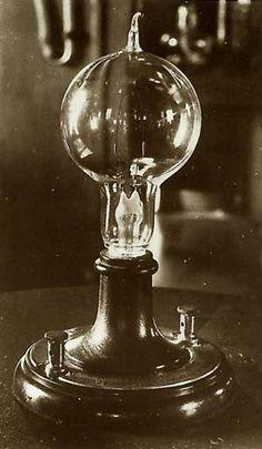 Bombilla eléctrica. Inventada en el año 1879 durante la 2ª Revolución Industrial. Inventada por Thomas Edison. Utilizada en todos los ámbitos, tanto domésticos como industriales. Blanca García-Bernalt