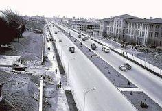 Millet Caddesi'ne 1960'lı yıllardan bir bakış. Sağdaki büyük bina günümüzde Çapa Fen Lisesi olarak kullanılan Çapa Öğretmen Okulu (Darülmualimin).