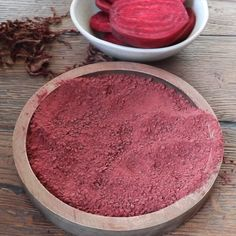 Easy to make beetroot powder found its place as a natural sweetener, colourant or as a nutritional supplement. - How to make beetroot powder Homemade Skin Care, Homemade Beauty Products, Diy Skin Care, Natural Products, Homemade Art, Lush Products, Homemade Facials, Beetroot Powder, Sugar Scrub Diy