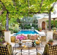 Terrasse mit mediterranem Look gestalten-Weinlaube und Rankgitter-Blumengarten mit Schwimmbecken