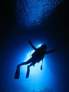 ☆共和AMELスナップ☆  前回と同じく弊社K・Kより届いたグアム島ダイビングのスナップ写真です。 まるで青い洞窟のような海の中、気持ちよさそうに大きく手を広げてこの神秘的なシーンを楽しんでいます。  #ダイビング #グアム #共和AMEL  [共和薬品工業URL] http://www.kyowayakuhin.co.jp/