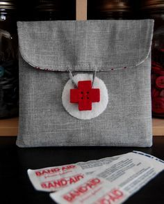 Trousse de secours - lovely idea for a first aid kit travel bag - could make the buttons out of clay too? Sewing Tutorials, Sewing Crafts, Sewing Projects, Diy Pochette, Costura Diy, Sewing Accessories, Needle And Thread, Bag Making, Purses And Bags