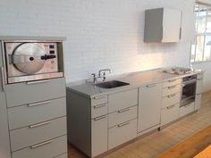Dutch Design Week (DDW) Eindhoven - De simplistische keuken van Piet Hein Eek. Ruw & rustig. Industrieel opgezet. Veel opslagruimte en van alle luxe voorzien in een compacte keuken!