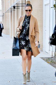 Chrissy Teigen look camel coat Pinterest: KarinaCamerino