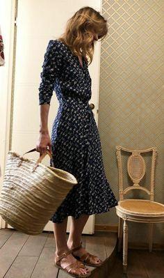 Feminine Style: Navy Midi Dress I love a good classic midi dress, especially if it's navy blue. Dress For Summer, Summer Outfits, Outfit Stile, Navy Blue Midi Dress, Navy Blue Summer Dress, Blue Flower Dress, Style Feminin, Classic Feminine Style, Looks Chic