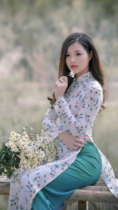 You will not resist the beauty of this girl Tap Photo! Vietnamese Clothing, Vietnamese Dress, Vietnamese Traditional Dress, Traditional Dresses, Ao Dai, Beautiful Asian Women, Asian Fashion, Asian Woman, Asian Beauty